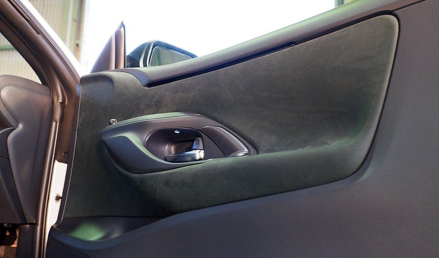 アルカンターラを多用したシックな内装です|トヨタ GR YARIS RZ High performance