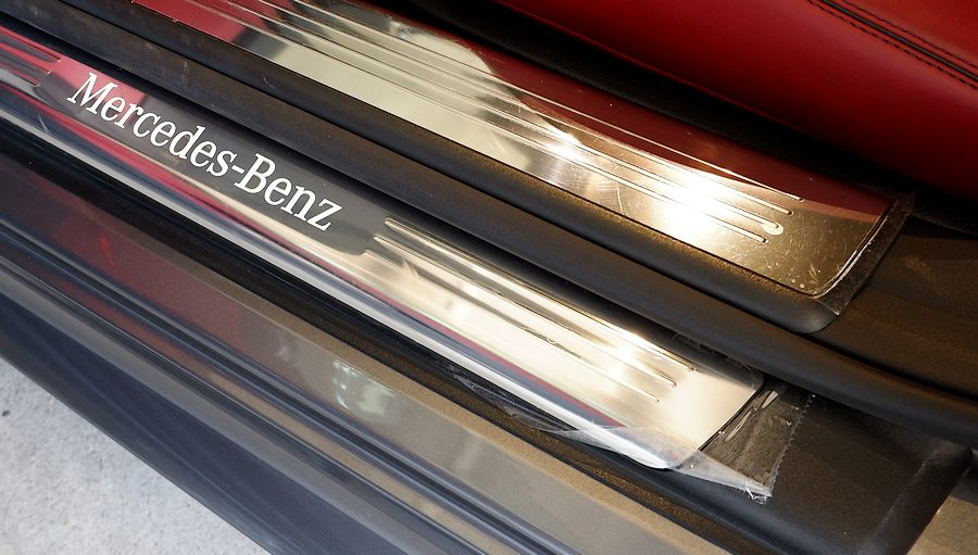 Mercedes-Benz SL400|ステップのビニールが残っています